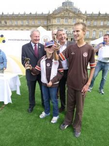 Rasmus und Jonathan erhalten von Wolfgang Niersbach den Preis als Newcomer des Jahren