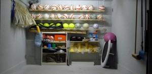 Ausrüstungsraum in dem circa 30 Blindenfussbälle im Wandregal lagern