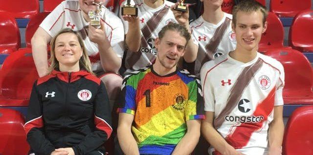 Teamfoto mit Pokal
