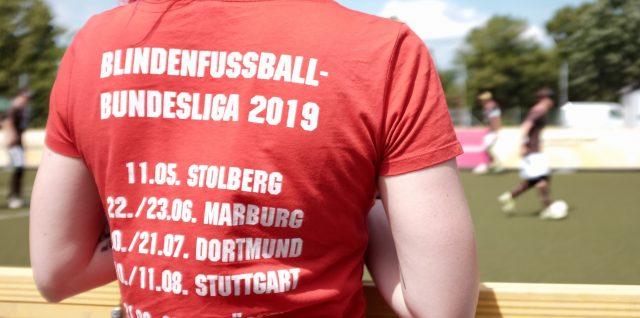 Foto zeigt eine T-shirt-Rückseite mit Aufdruck der Spieltagstermine