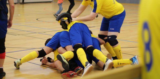 Die FCSP-Spieler jubeln im blau-gelben Lok-Trikots