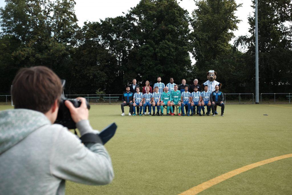 Teamfoto von Hertha BSC mit Maskottchen