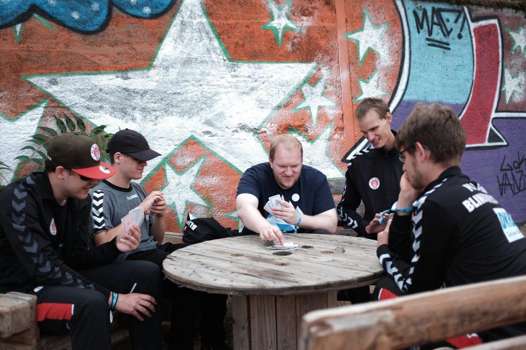 Paul, Joni, Mikel, Rasmus und Hippo beim Kartenspielen am Plötzensee