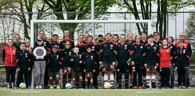 Die gesamte FCSP-Blindenfußballfamilie
